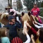 Bibbi und Tina auf dem Pferd