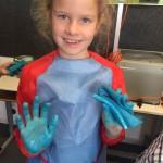 Arktisfarbe an den Händen
